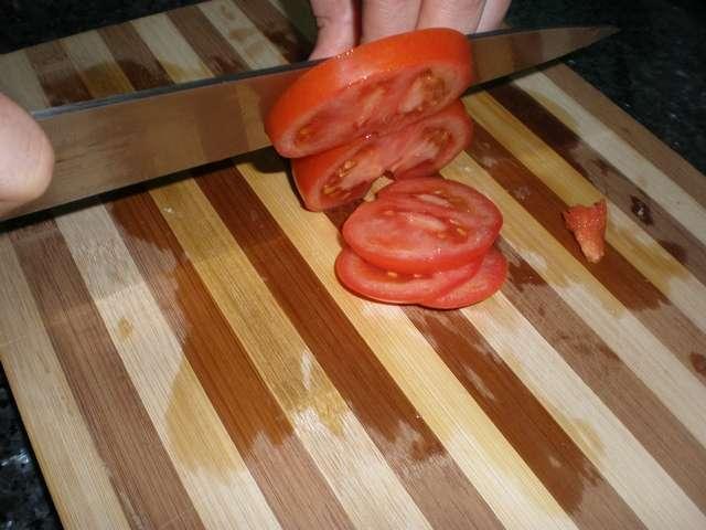Partir el tomate en rodajas